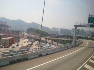 空港に向かう高速道路