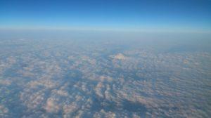 雲の海に頭を出す富士山
